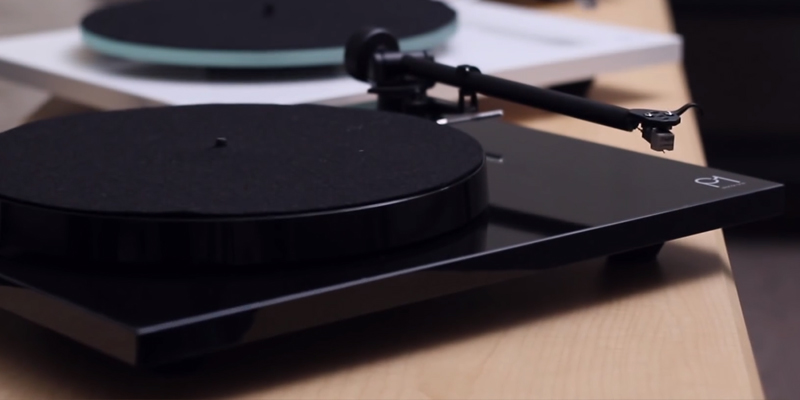 Rega Planar 1 Turntable Gloss Black in the use