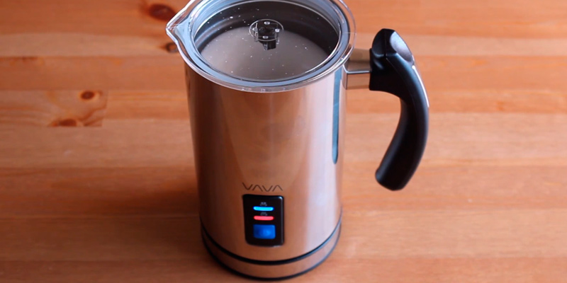 VAVA VA-EB008 Milk Frother in the use