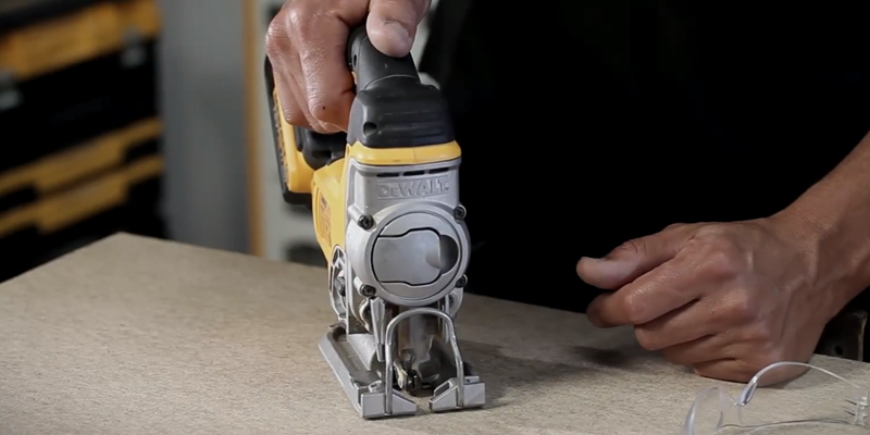 DEWALT DCS331N-XJ Lithium-Ion Jigsaw in the use