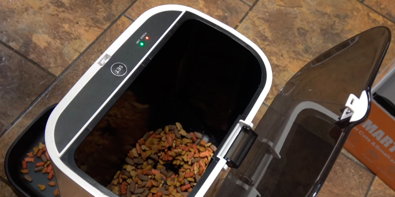 Unimall Automatic Smart Feeder with Wireless Camera in the use