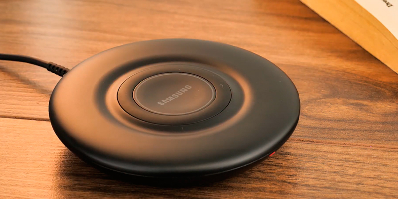 Samsung (EP-P3105TBEGGB) 7.5W Wireless Charger Pad in the use